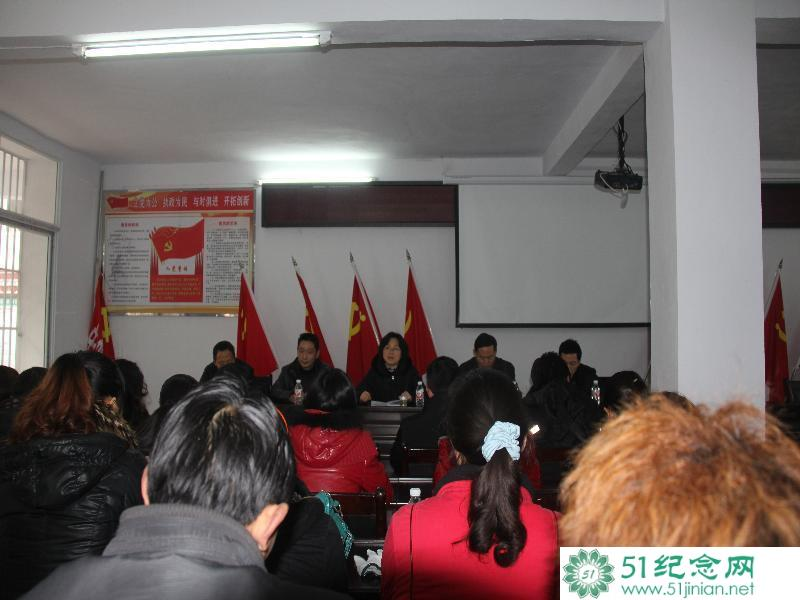 建党90周年鹤峰县千名党员在烈士陵园纪念碑下举行重温入党誓词活动